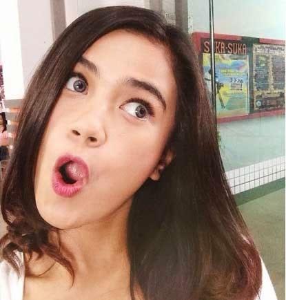 8 gaya foto selfie yang lagi trend